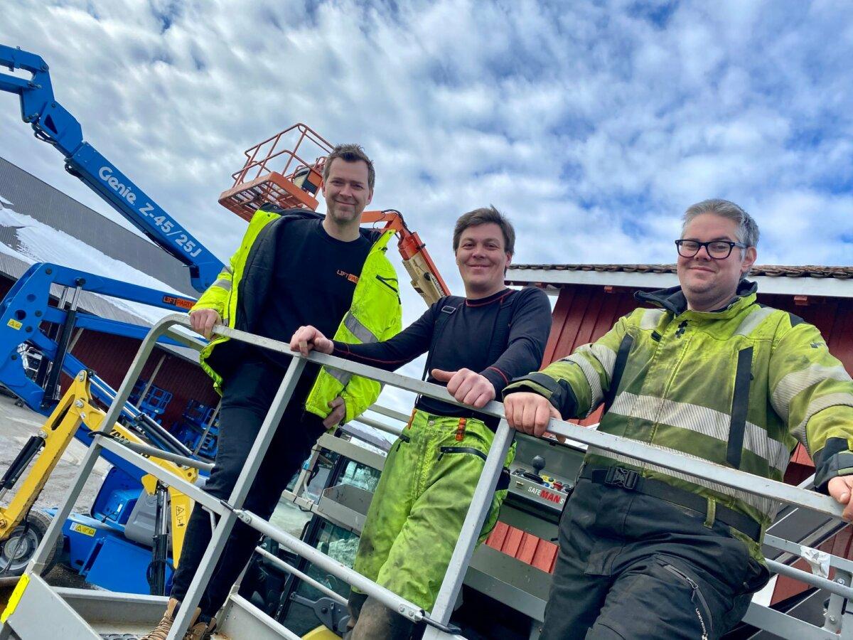 Bilde av Espen Løken, Kristoffer Svendsen og Bjørn Arild Hatle i Liftpartner, som står opp i en lift rett over bakken